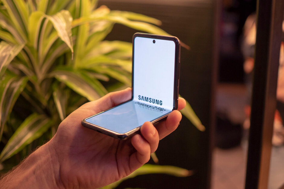 Samsung Galaxy Z Flip vs Motorola Razr: Specs, size, features, and